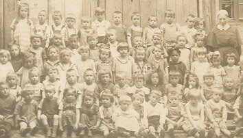 """alt=""""Coaching München & Stuttgart: Dr. Berle. Ahnen, graue Gesichter eine Schulklasse von anno 1900"""""""